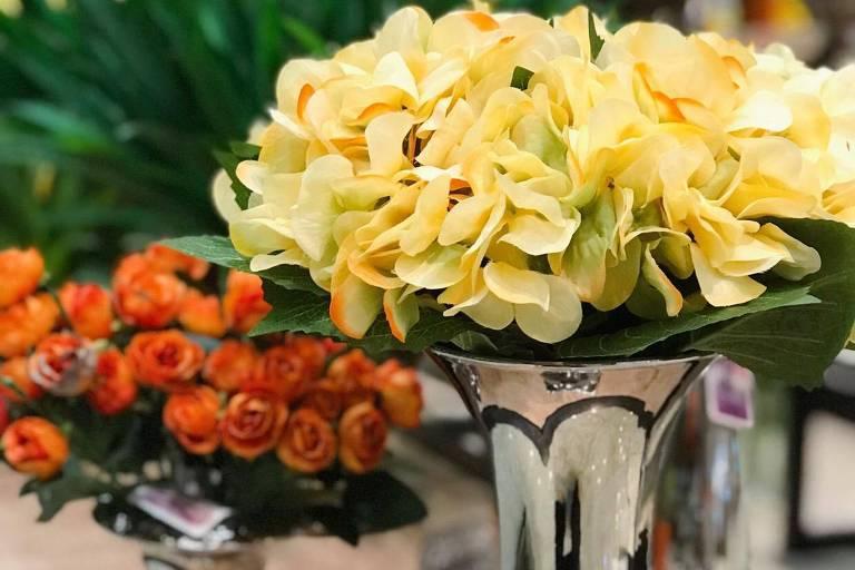 """Hortênsias e rosas artificiais em exposição no espaço """"Q Flor"""", no shopping Frei Caneca"""