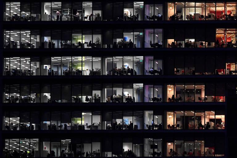 Funcionários em prédio de escritórios em Canary Wharf, Londres