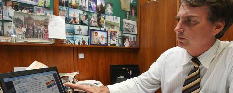 BRASILIA,DF, BRASIL, 24-11-2001: O Dep. Jair Bolsonaro (PP/RJ), em seu gabinete com a pagina do seu site com o discurso que fez  durante a manhã, da tribuna da Camara dos Deputados, quando protestava contra a campanha elaborada pelo governo para combater o preconceito contra homossexuais nas escolas, em especial a divulgação de um