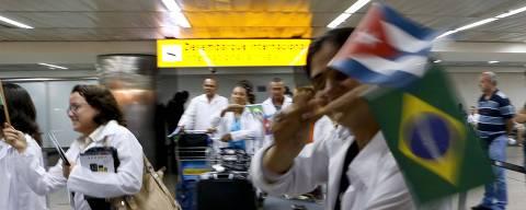 SAO PAULO, SP, BRASIL, 11.11.2013. Medicos cubanos ao desembarcarem no aeroporto internacional de Sao Paulo;  150 medicos cubanos farao treinamento de tres semanas para participarem do Programa Mais Medicos. (Foto: Moacyr Lopes Junior/Folhapress, COTIDIANO). ***EXCLUSIVO***