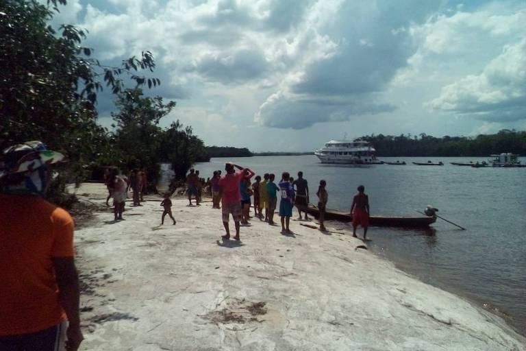 Índios observam barco de pesca da empresa Amazon Sport Fishing, no rio Uneiuxi, dentro da Terra Indígena  Jurubaxi-Téa (AM)