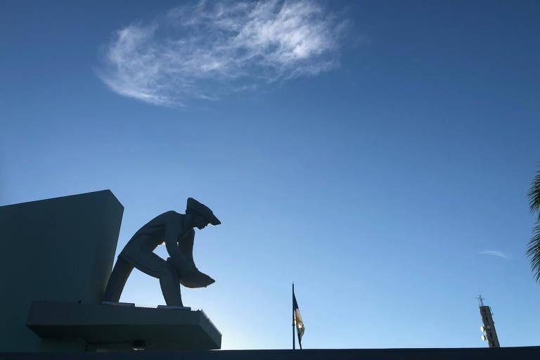 Monumento aos Garimpeiros, na praça central de Boa Vista