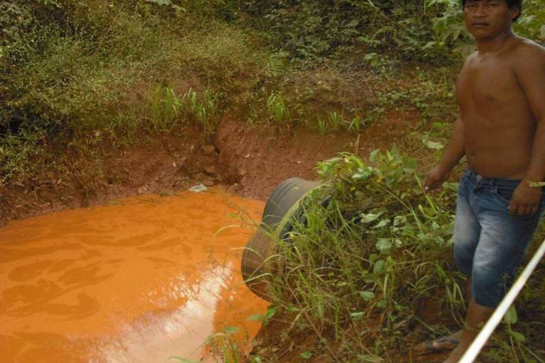 Escoamento de água com depósito de minerais de usina da Vale na terra indígena Xikrin, no Pará