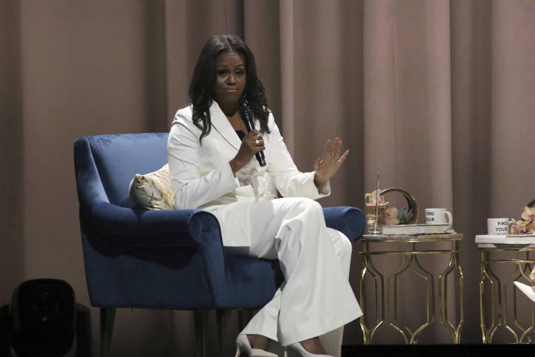 A ex-primeira-dama Michelle Obama fala em evento de lançamento de seu livro na Califórnia
