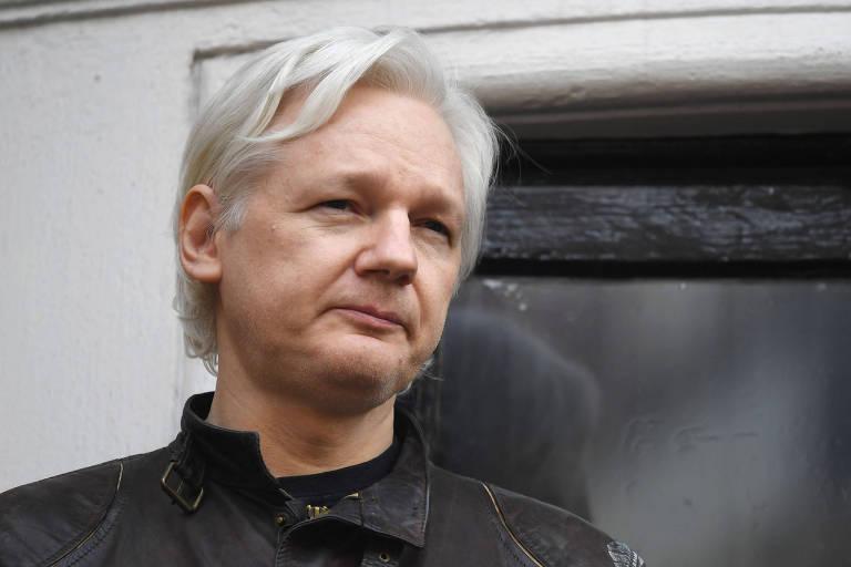 Julian Assange durante discurso que fez na varanda da embaixada do Equador em Londres, em 2017