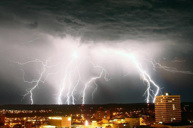 Registro de tempestade em Sant'Ana do Livramento (RS), vencedora da edição de outubro de concurso de fotos de raios promovido pelo Elat, grupo do Inpe que estuda eletricidade atmosférica.
