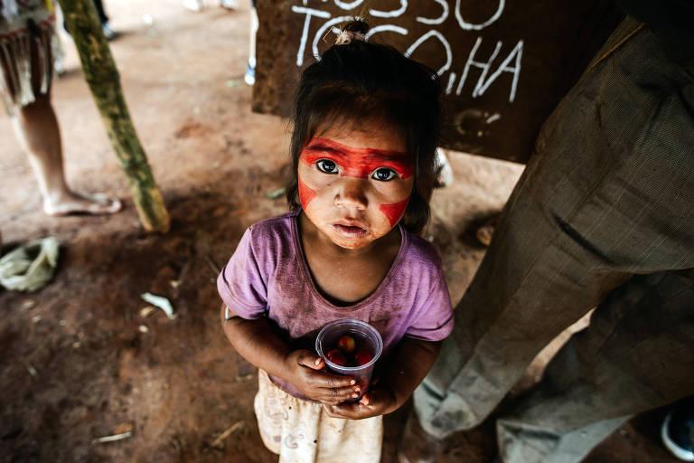 Criança indígena Guarani, na aldeia Guyraroka, Mato Grosso do Sul; Além da demarcação, foi relatado a comissão casos em que o Conselho Tutelar foi à aldeia e separou crianças indígenas de suas mães e levados para abrigos nos municípios próximos