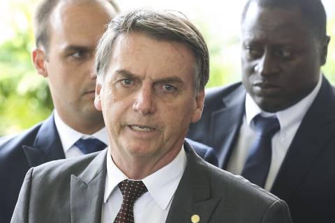 Prefeitos demitiram outros médicos para contratar cubanos, diz Bolsonaro