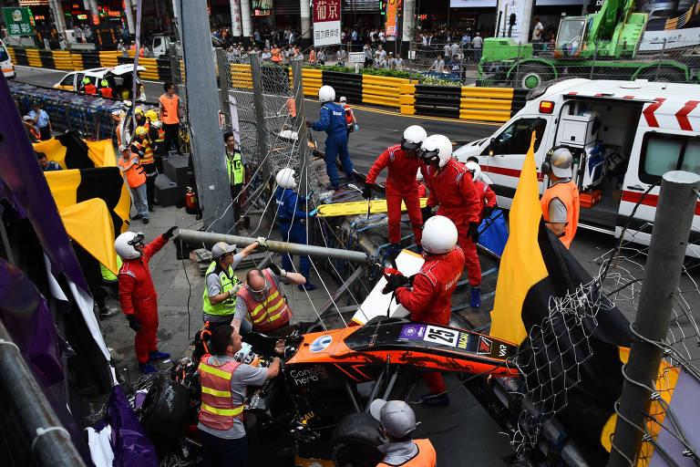 Sophia Floersch é socorrida após chocar-se contra a parede no Grande Prêmio de Macau