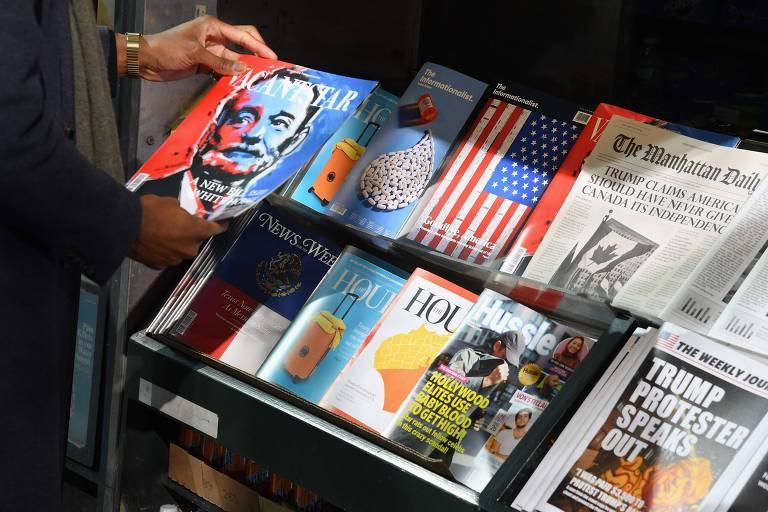 Banca de jornais e revistas só com fake news, criada para alertar pessoas sobre a desinformação, em Nova York (EUA)