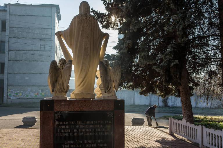 A estátua da Virgem Maria com quatro anjos substituiu a de Lênin em Hryhorivka, na Ucrânia