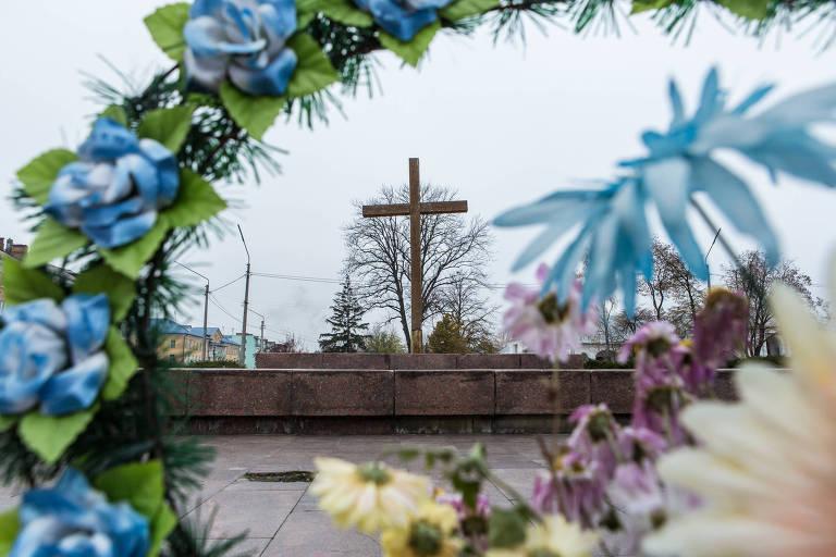 Cruz de madeira que substituiu estátua de Lênin em Bila Tserkva, na Ucrânia