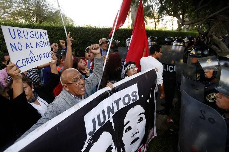 Manifestantes protestam em Lima em frente a casa do embaixador uruguaio no Peru contra o pedido de asilo do ex-presidente Alan García - Karel Navarro