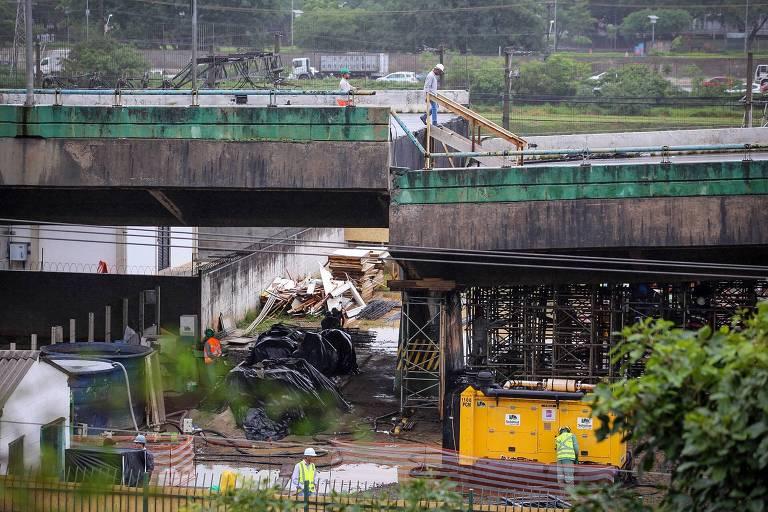 Operários trabalham nesta segunda (19) na estrutura montada sob o viaduto que cedeu na Marginal Pinheiros