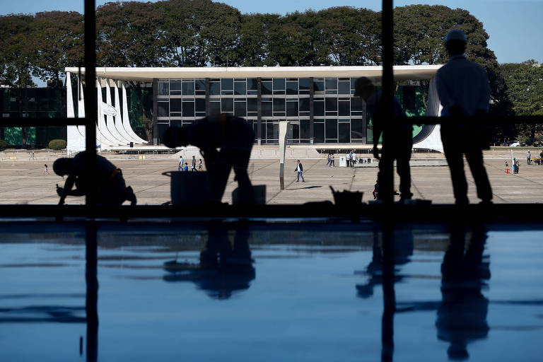 Operários fazem reparos na rampa do Palácio do Planalto; Distrito Federal é o ente federativo que registra a maior expansão das despesas liquidadas –gastos já concretizados