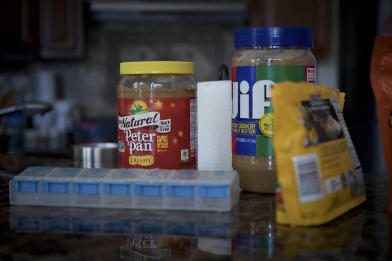 Produtos feitos com amendoim no balcão de uma cozinha