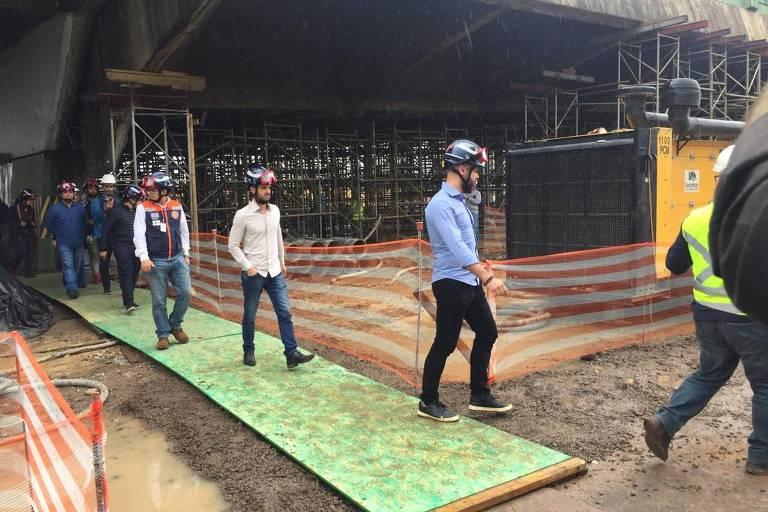 O prefeito Bruno Covas (PSDB) vistoria estrutura que cedeu na quinta 15, em SP