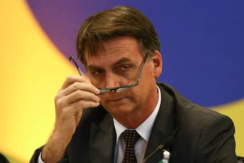 Bolsonaro vê marxismo em ministério e 'dá' cartão vermelho a chefe do Enem
