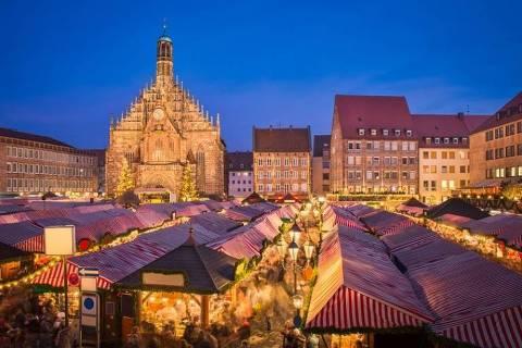 17 - Nurembergue, Alemanha - O Christkindlesmarkt é um dos mais conhecidos mercados natalícios da Alemanha. Com 180 bancas com artesanato, brinquedos, típicas decorações para a árvore de Natal, entre outros produtos, neste mercado não falta vinho quente, os deliciosos biscoitos Lebkuchen nem salsichas grelhadas.  Decorre de 30 de novembro a 24 de dezembro de 2018