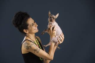 Especial Bichos. Revista Sao Paulo. Retrato de Camila Teixeira com seu caozinho Chiquinho de 3 patas