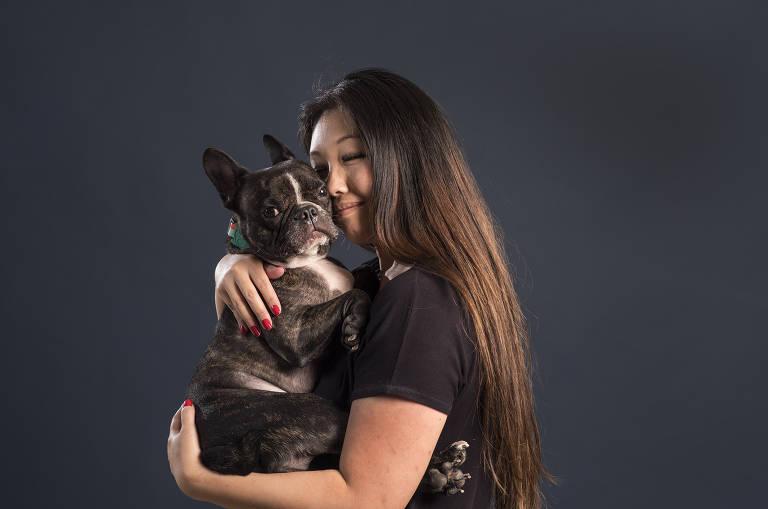 Luciana Shen e Pixel, seu buldogue que foi resgatado