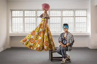 Retrato do estilista baiano  Isaac Silva ao lado da modelo Gzebel Cruz vestindo uma de suas criacoes no espaco da sua nova loja na Sta Cecilia q ser ainaugurada em Dezembro