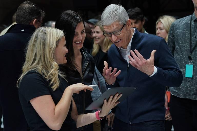 Tim Cook, presidente-executivo da Apple, ao lado da cantora Lana Del Rey em recente evento da companhia; Apple cortou previsão para produção de iPhone