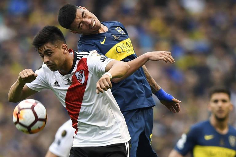 Pity Martínez (à esq.), do River Plate, disputa a bola com Olaza, do Boca Juniors, durante a partida em La Bombonera