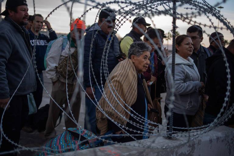 Mexicanos que trabalham regularmente nos EUA aguardam a liberação da passagem de San Ysidro, em Tijuana