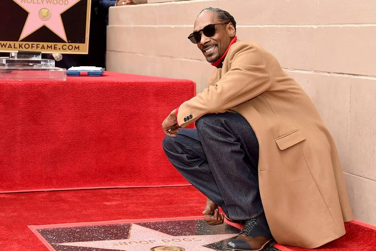 Snoop Dogg é homenageado com estrela na Calçada da Fama de Hollywood, na Califórnia