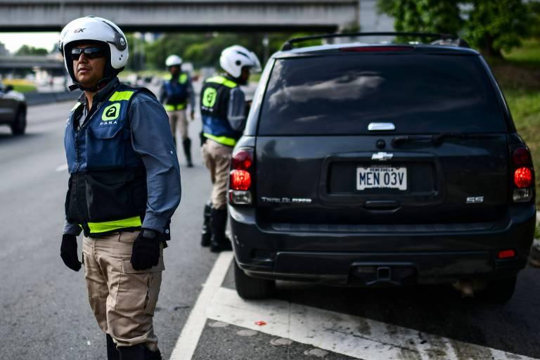 Funcionários do aplicativo Pana ajudam motorista em Caracas