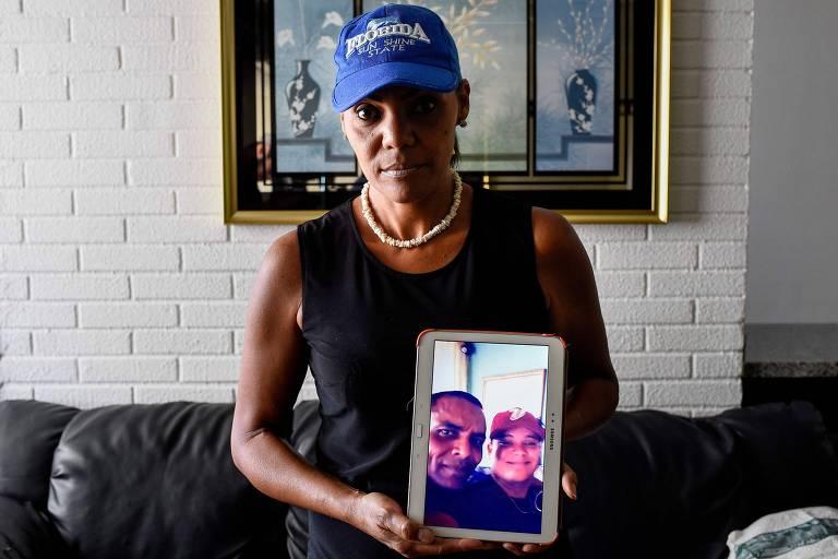 Yamileth Marcano, 46, mostra foto do irmão, morto em um assalto
