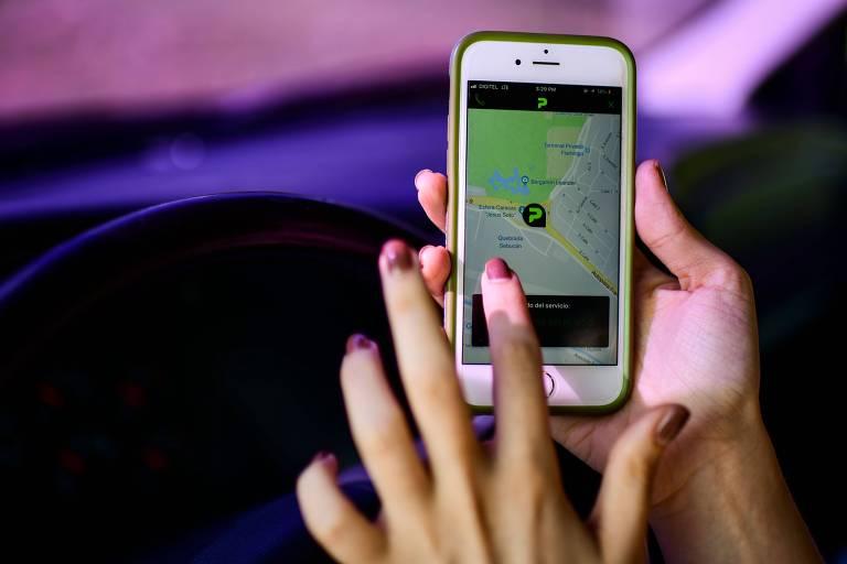 Mulher usa o aplicativo Pana, em Caracas