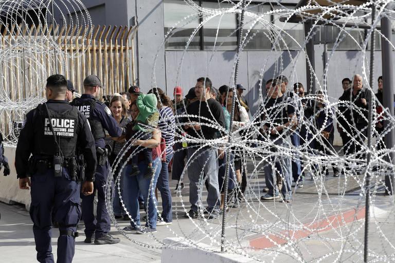 Pessoas aguardam em fila para entrar nos EUA em um dos postos de imigração próximos a Tijuana, no México