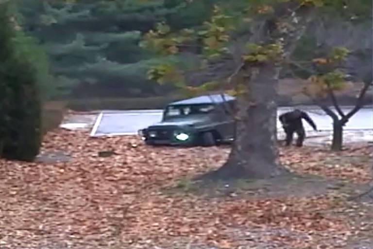 Imagem de vídeo de segurança mostra o momento que Oh Chong-song deixa o jipe na zona desmilitarizada e começa a correr para atravessar a fronteira