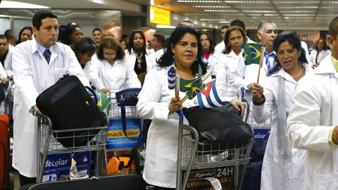 SÃO PAULO, SP, 11.11.2013: MAIS-MÉDICOS - Médicos cubanos desembarcam no aeroporto internacional de Cumbica, em Guarulhos (SP). 150 médicos cubanos farão treinamento de três semanas para participar do Programa Mais Médicos. (Foto: Moacyr Lopes Junior/Folhapress) ORG XMIT: AGEN1311111201483824