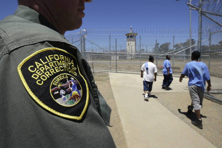 Guarda observa adolescentes se exercitando em pátio de instituição correcional na Califórnia