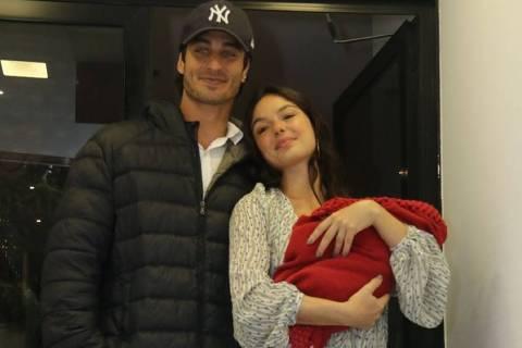 Isis Valverde deixa maternidade no Rio após dar à luz seu 1º filho, Rael