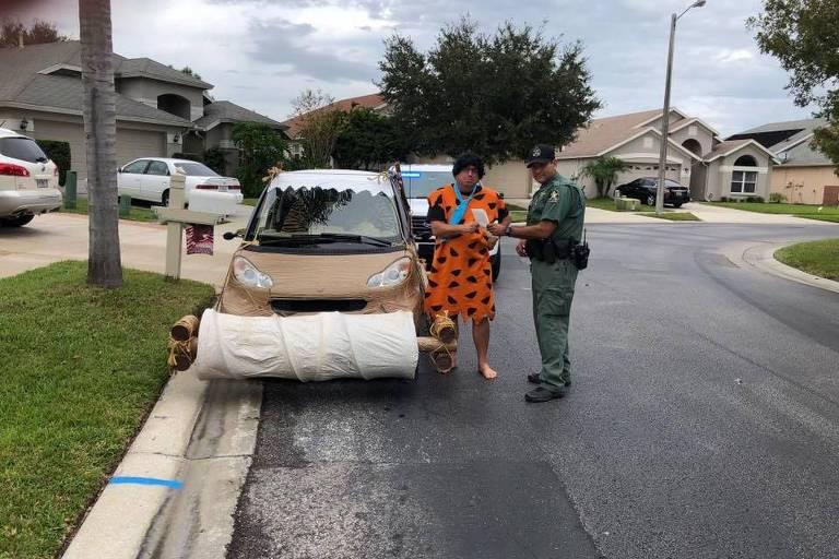 Homem fantasiado de Fred Flintstone é parado por excesso de velocidade na Flórida