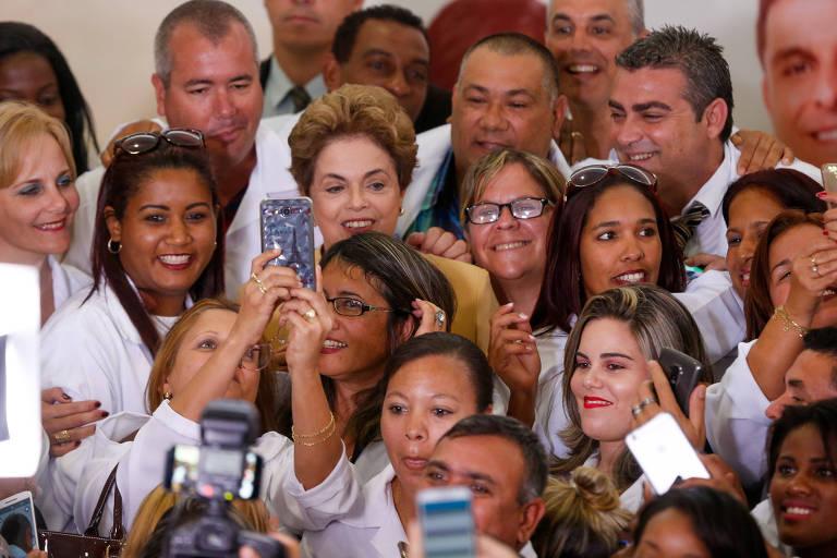 A presidente Dilma Rousseff com médicos participantes do Mais Médicos, no Palácio do Planalto