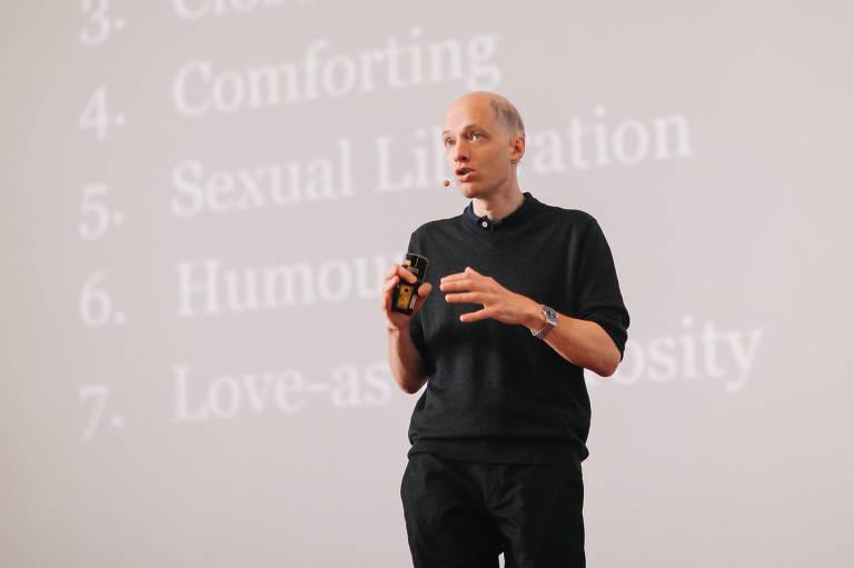 O escritor Alain de Botton em apresentação