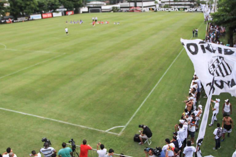 Visão do campo principal do CT Rei Pelé, utilizado pelo elenco profissional em complexo que também serve para as categorias de base do clube