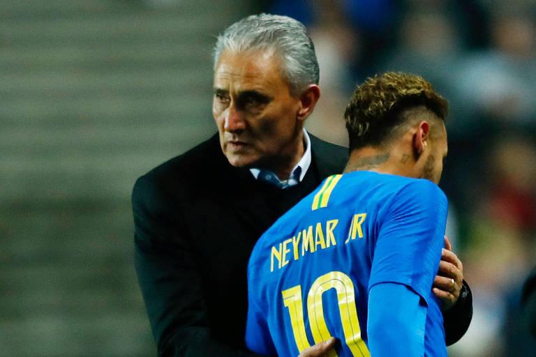 Tite cumprimenta Neymar após substituí-lo em amistoso contra Camarões, no ano passado