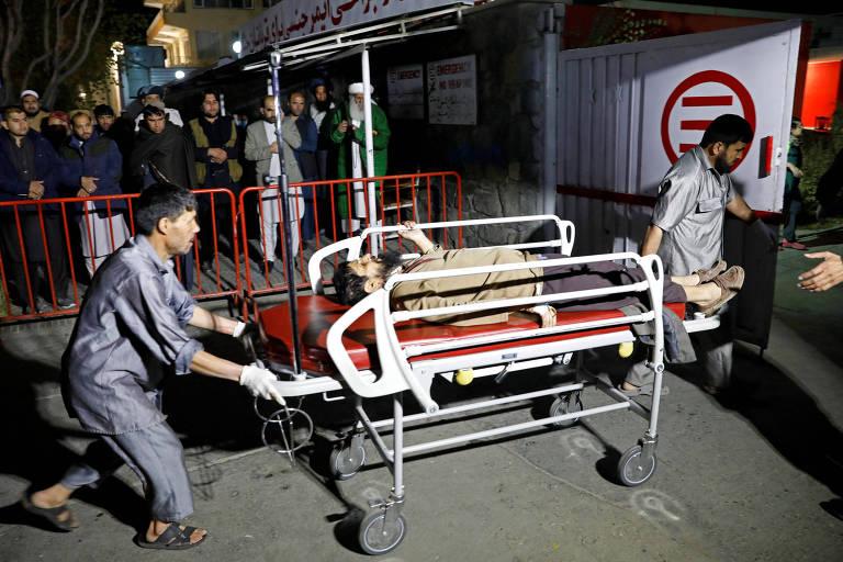 Equipes de resgate levam ferido atingido por explosão em Cabul
