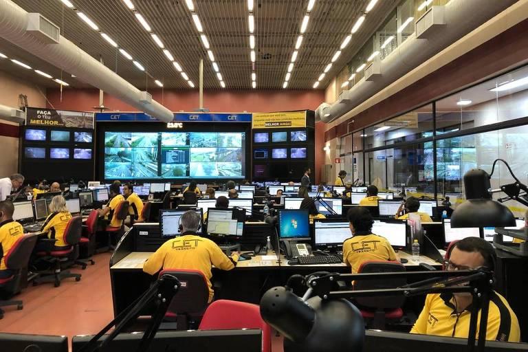 Técnicos da CET monitoram as condições do trânsito em SP nesta quarta-feira (21)