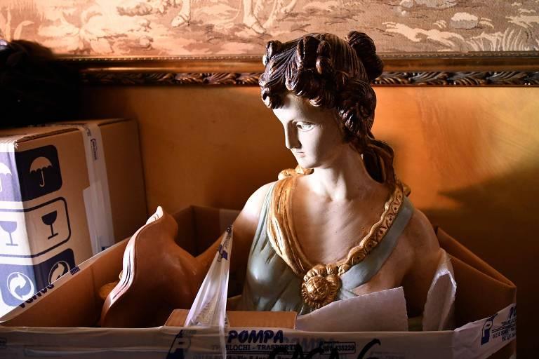 Escultura encontrada em uma das oito vilas confiscadas pela polícia italiana em Roma
