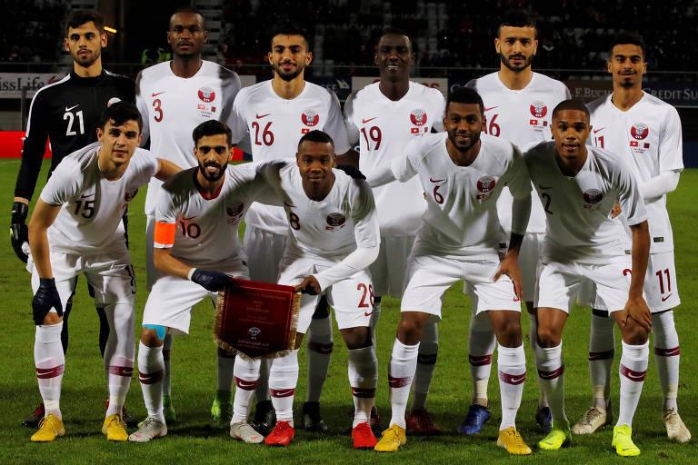 A seleção do Qatar posando para foto antes do amistoso contra a Suíça.