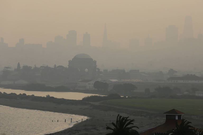 Vista da cidade de San Francisco após a chegada da fumaça dos incêndios no estado