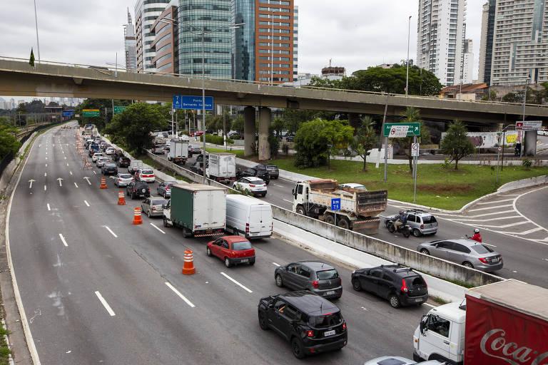 Afunilamento no início do bloqueio da pista expressa da marginal Pinheiros próximo à ponte Eusébio Matoso