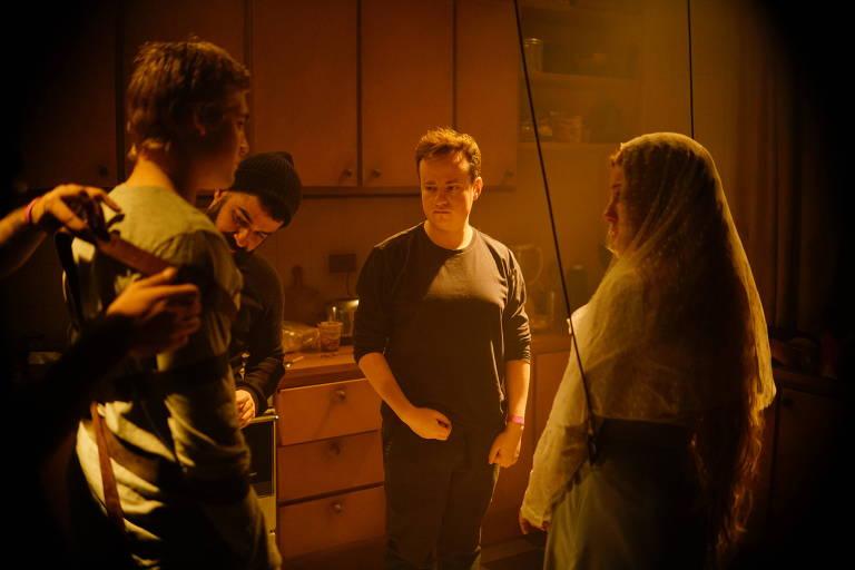 O ator Nicolas Prattes (de costas) e o diretor Diego Freitas (seguindo à dir.), nos bastidores de 'O Segredo de Davi'